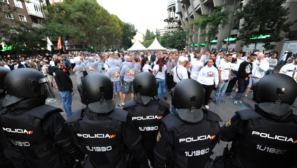 MADRID, SPAIN - OCTOBER 18: Riot police watch over Legia Warszawa fans outside the Santiago Bernabeu stadium ahead of the UEFA Champions League, Group F match between Real Madrid CF and Legia Warszawa at Santiago Bernabeu stadium on October 18, 2016 in Madrid, Spain. (Photo by Denis Doyle/Getty Images)